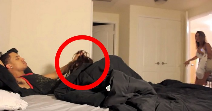 une jeune femme surprend son copain avec une autre fille au lit ce qui suit est inattendu. Black Bedroom Furniture Sets. Home Design Ideas