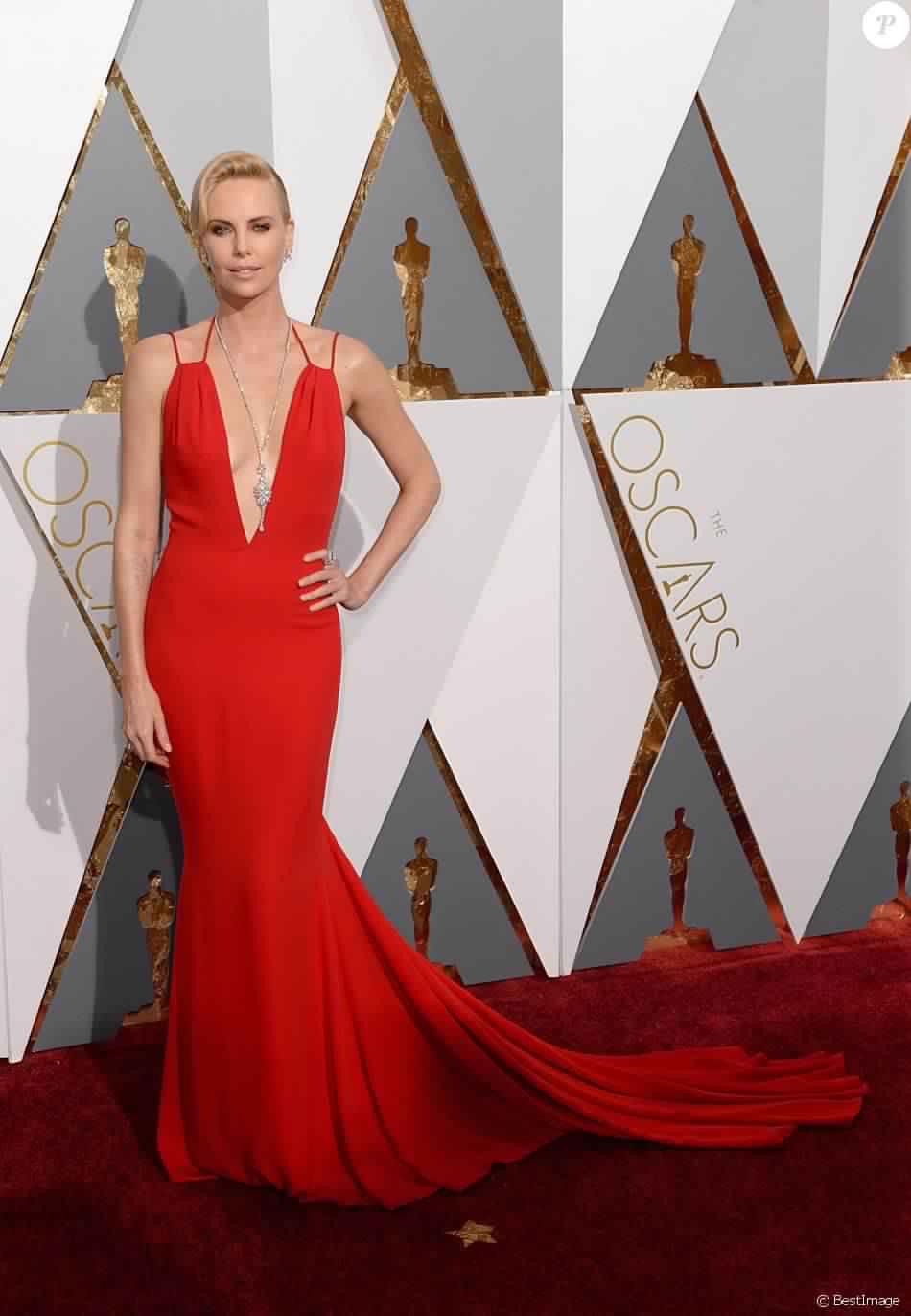 Charlize Theron Enflamme Le Red Carpet En Rouge Pendant