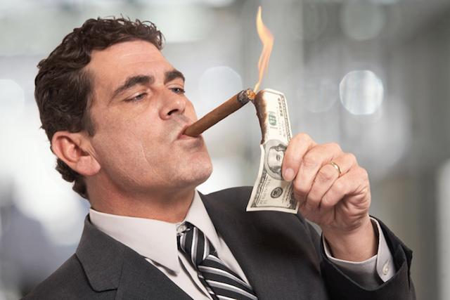 rico-acendendo-charuto-com-dolar