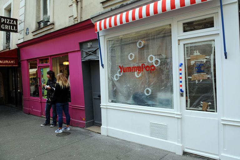 gallery-1477076901-scarlett-johansson-popcorn-store-in-paris