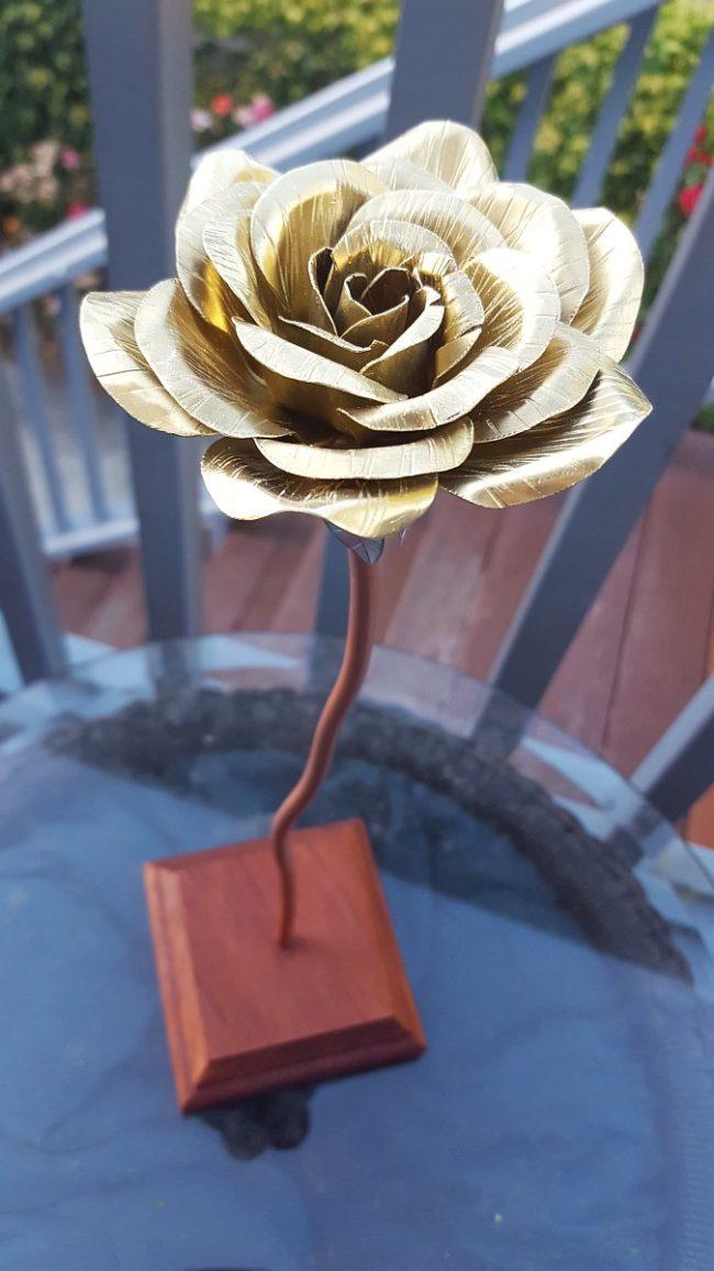 Voil 224 Comment Cet Homme Fabrique Des Roses Avec Du Tole