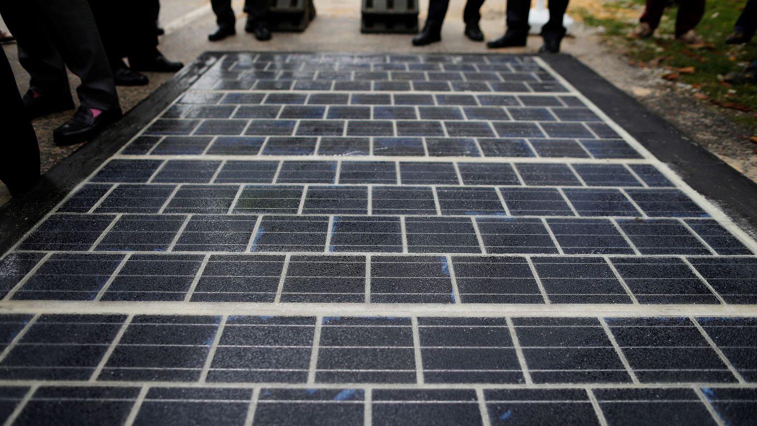 des-panneaux-photovoltaiques-a-l-occasion-du-lancement-des-travaux-de-la-premiere-route-solaire-a-tourouvre-nord-ouest-le-24-octobre-2016_5767601